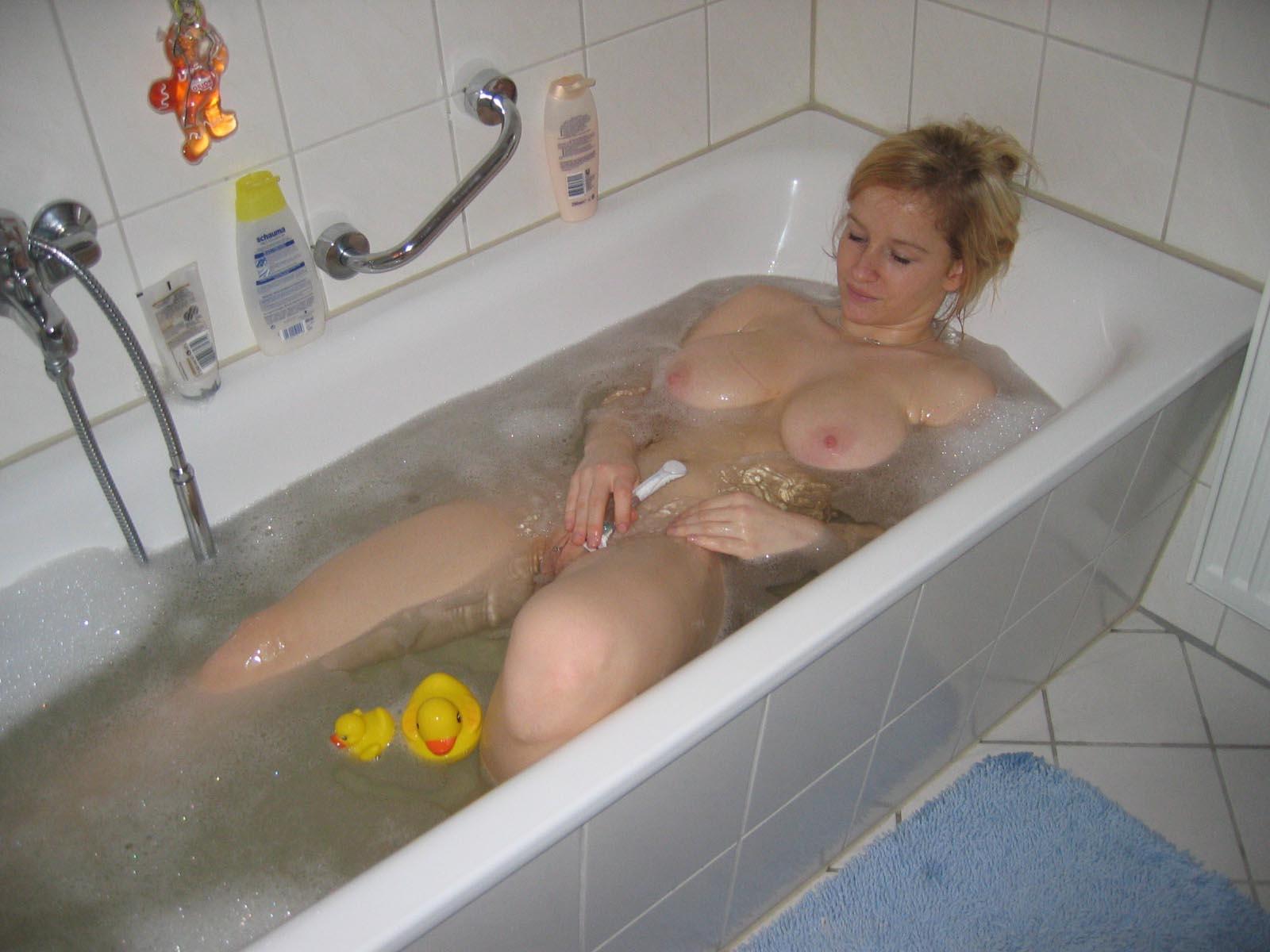 Девчонки голые в ванной