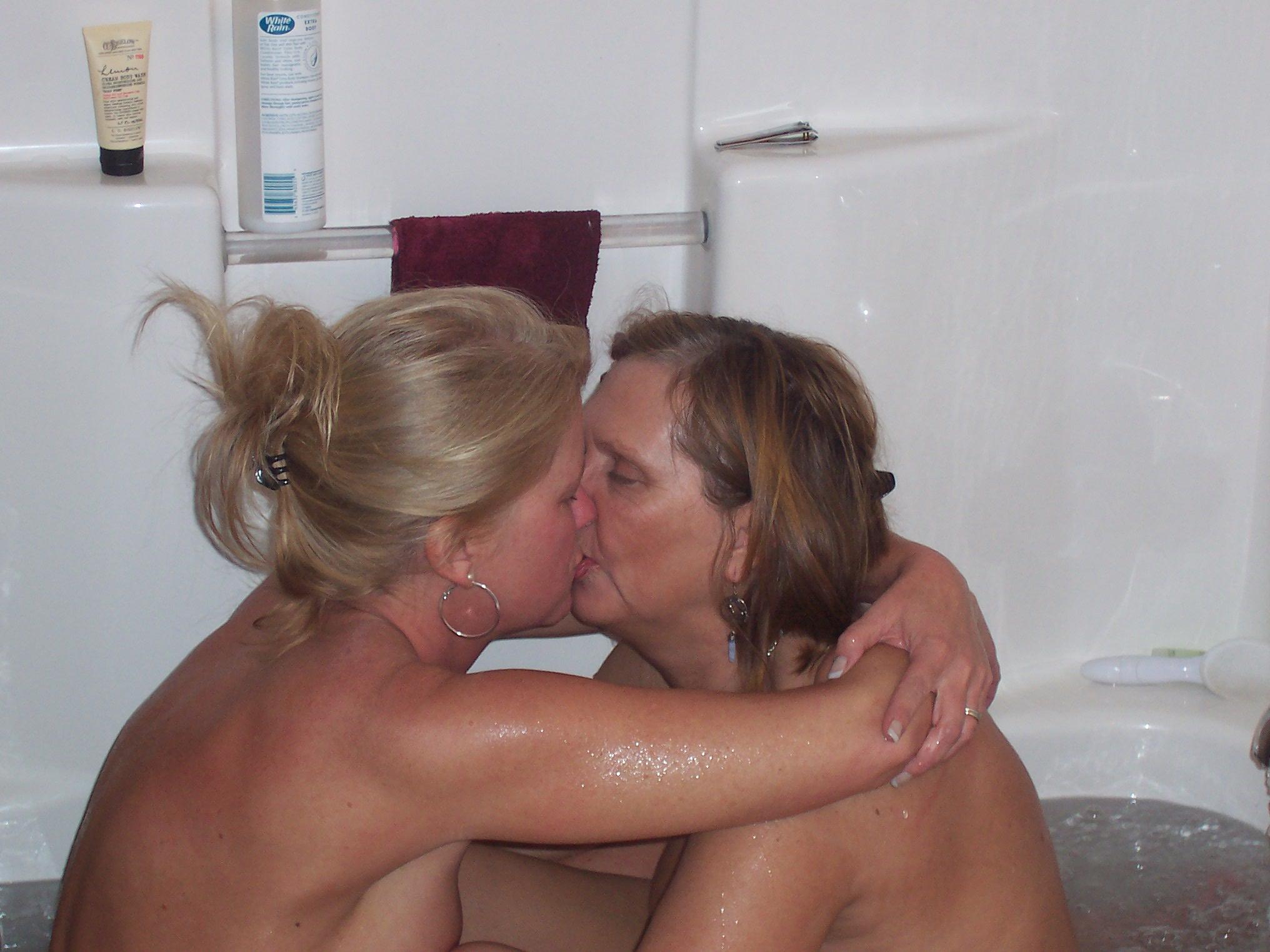 deux lesbiennes s'embrasse dans leur bain, ce sont des femmes matures qui aiment et recherches des mecs pour baiser
