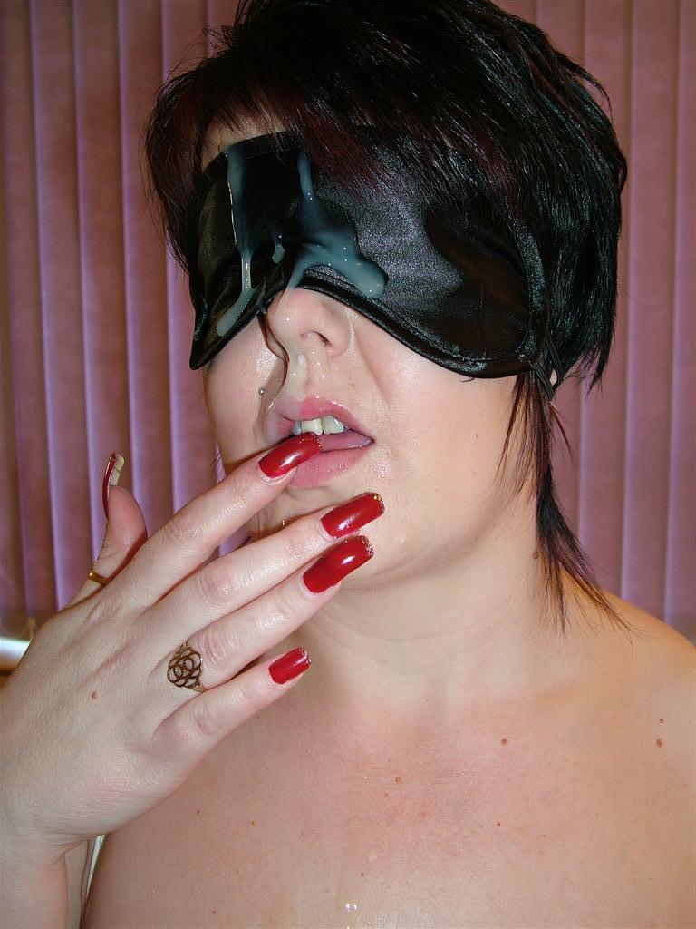 Femme se prend une belle ejaculation faciale, elle a du foutre et du sperme plein le visage. Elle est fan de gang bang et s'exhib sur blog adulte le blog des coquines les plus salopes sur internet des amatrice coquine