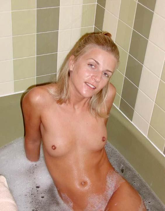 ma copine nue dans son bain, grosse salope d'ex copine qui ma trompé. Je me vange de mon ex nana la grosse salope prise en photo dans son bain