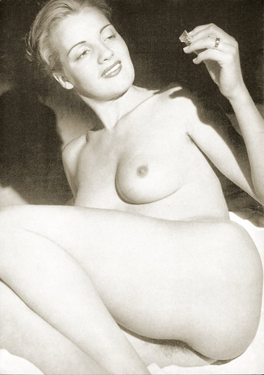 Photo femme mature, les photos vintage erotique d'une belle et jolie femme mature nue prise en photo par son mec en 1960 ou 1970