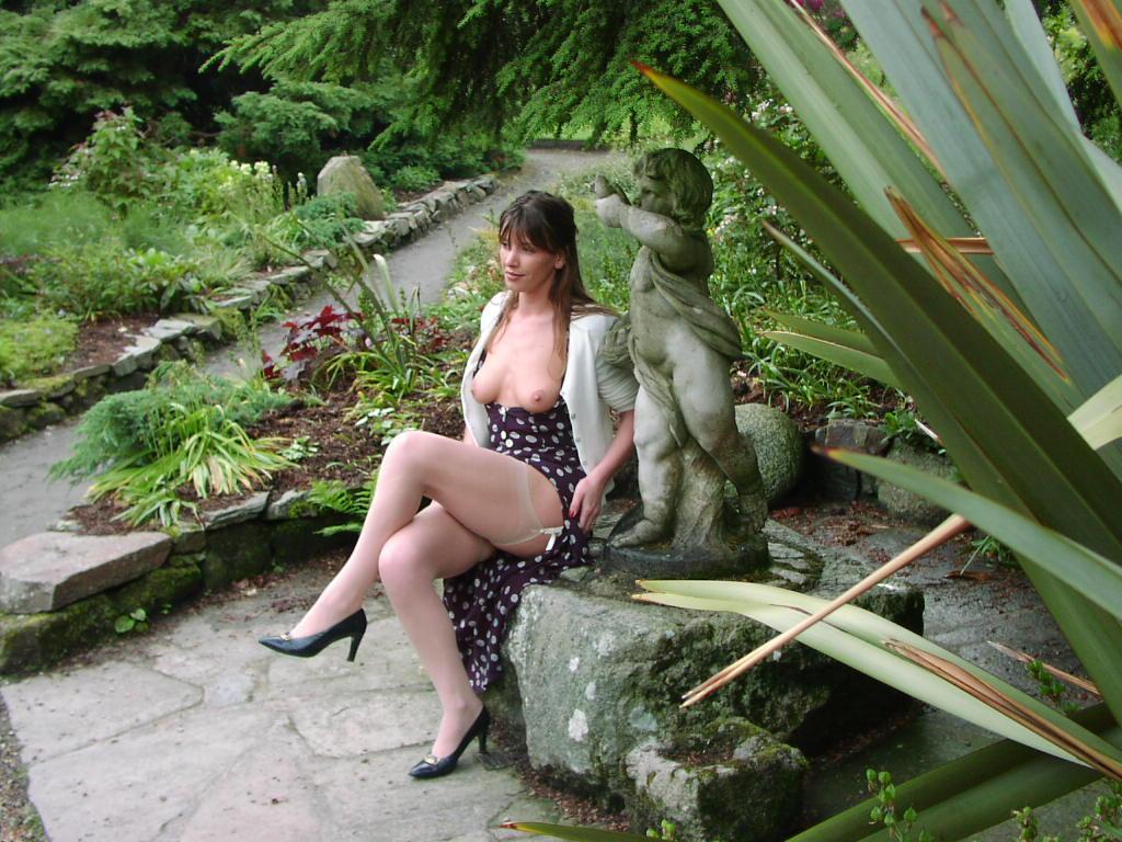 Femme mure s'exhibe les seins, puis nue dans un jardin public