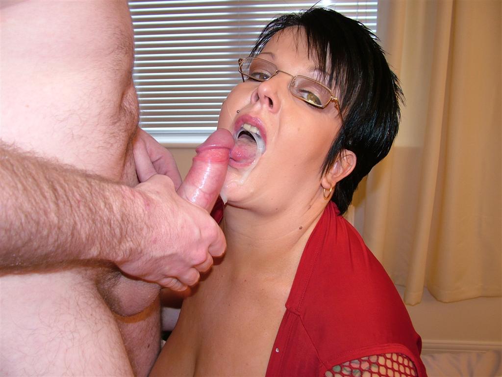 grosse salope se fait ejaculer sur le visage