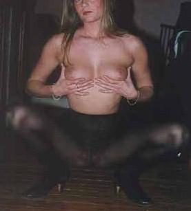 Julie aime s'exhiber en ecartant les cuisses pour montrer ses collants