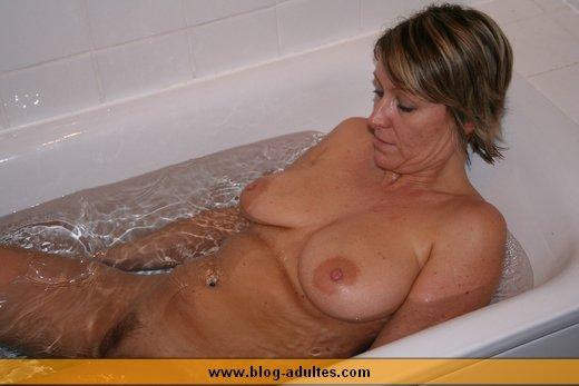 Femmes nues dans le bain