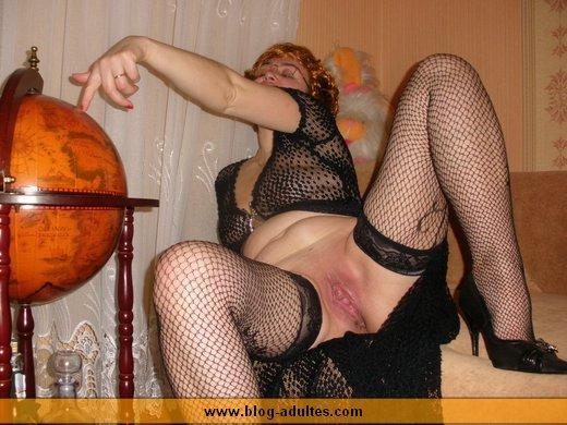 femme mature montre son minou