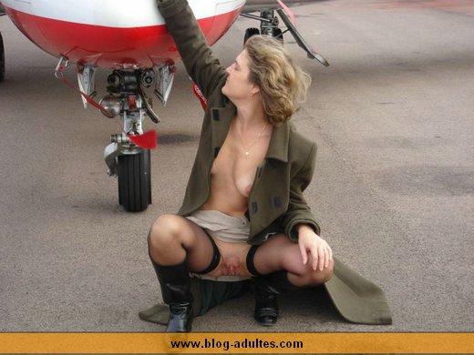 Femme s'exhibe devant un avion