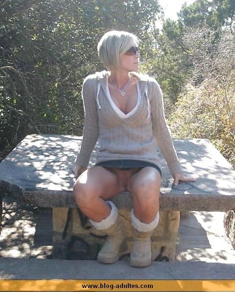Femme s'exhibe sur un banc