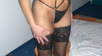 Grosse pute en lingerie noire